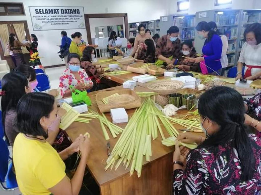 Pelatihan Pembuatan Sesajen (Pejati dan Banten Tumpeng Pitu)
